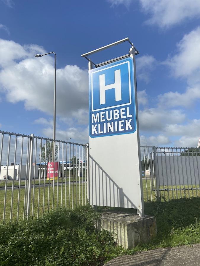Meubelkliniek Limburg, reinigen van meubels, opvullen van kussens , vervangen van kapotte onderdelen , stofferen van uw meubel , herstellen van allerhande lederwaren, repareren herstellen van allerhande lederwaren